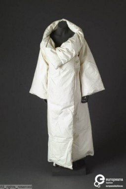 Duvet coat designed by Maison Martin Margiela, F/W 1999. Collection MoMu – ModeMuseum Provincie Antwerpen. All rights reserved.