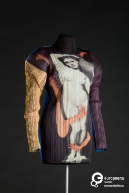 Pleated blouse designed by Issey Miyake, F/W 1996-1997. Collection Modemuseum Hasselt, all rights reserved.