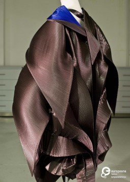 Dress designed by Issey Miyake, Autumn/Winter 1999. Photo by Luísa Ferreira, collection MUDE - Museu do Design e da Moda, all rights reserved.