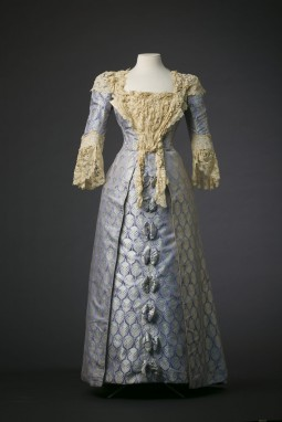 Dress in silk satin designed by Jean-Philippe Worth, House of Worth. Courtesy of Modemuseum Hasselt