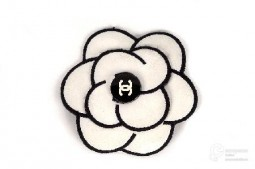 Camellia shaped pin, part of Chanel Fall-Winter 1990-91 collection. Photo Museo del Traje, all rights reserved.