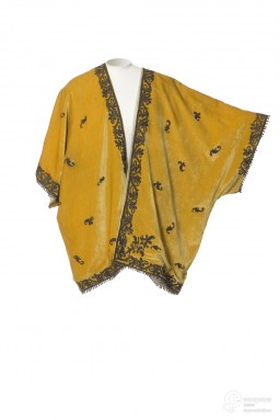 Manteau du soir in yellow velvet, designed by Babani in 1915/1920. Collection Les Arts Décoratifs, all rights reserved.