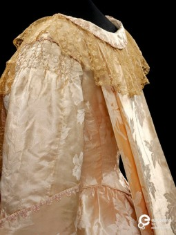 Silk damask tea-gown trimmed with lace, designed by Callot Soeurs, Paris, ca. 1905. Collection Victoria and Albert Museum, CC-BY-SA