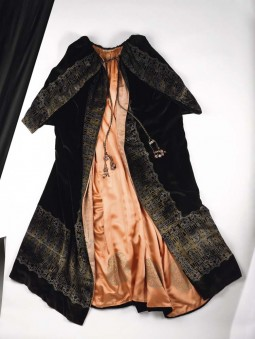 Printed black velvet evening cape designed by Maria Monaci Gallenga. 1920/1925. Courtesy of Gemeentemuseum Den Haag. All rights reserved.