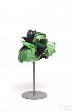 Toque hat designed by Caroline Reboux, 1932/35. Decorated with black and green feathers. Collection Les Arts Décoratifs, all rights reserved.
