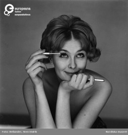 A model paints eyelashes with mascara, ca. 1955-1965, Courtesy Stiftelsen Nordiska Museet CC BY NC ND