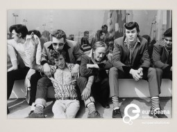 'Group of Teddy boys - Southend on Sea', 1974. Photograph in black and white by Kevin Lear. Gelatin silver print. Courtesy of Victoria and Albert Museum. ©Kevin Lear CC BY NC