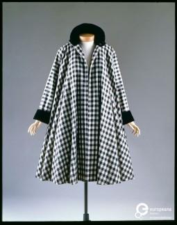 Swing coat designed by Jacques Fath, ca. 1950. Courtesy MUDE - Museu do Design e da Moda, all rights reserved.