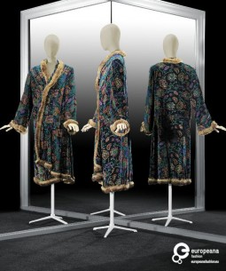 'Troïka', housecoat designed by Paul Poiret with Bianchini-Férier fabric with print designed by Raoul Dufy. Courtesy Gemeentemuseum Den Haag via ModeMuze, all rights reserved.