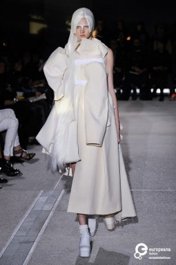 Comme des Garçons, s/s 2013 fashion show. Photo Etienne Tordoir, courtesy Catwalkpictures, all rights reserved.